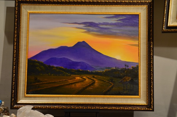 Saya mrengawali lukisan ini pada bagian langit dan gunung. Pak Isworo kemudian melanjutkan bagian gerumbul pohon dan sawah di bagian bawah.